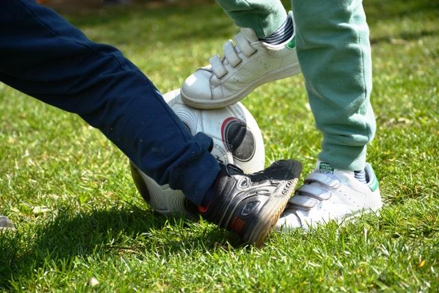 Futbal - Futbal je považovaný za najpopulárnejší kolektívny šport na svete. Táto hra je určená najmä pre chlapcov so zameraním na rozvoj telesnej kondície a tímového ducha. Hra prebieha v telocvični alebo na trávniku.Určené pre : 1.stupeň / 2.stupeňČas: 60 minNáročnosť: stredná