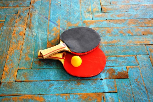 Stolný tenis - Stolný tenis patrí medzi najrýchlejšie športové hry na svete, učí mať rýchly odhad hernej situácie a jej okamžité riešenie najvhodnejším herným spôsobom. Stolno-tenisový krúžok prebieha formou skupinového tréningu zameraného na osvojenie si základných zručností a pravidiel.Určené pre : 1.stupeň / 2.stupeňČas: 60 minNáročnosť: stredná