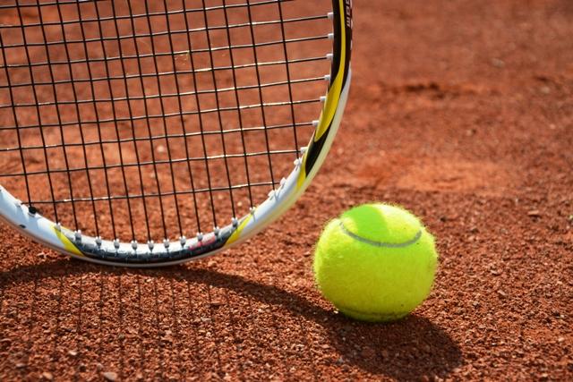 Tenis - kolektívny - Tenis je aktívna hra pre dvoch alebo štyroch hráčov. Pomáha pri rozvoji vlastnej individuality a motorických schopností. Dôležitým prvkom pri hre je aj koncentrácia. Tenis je vhodný šport na odbúranie stresu, posilnenie imunity a zlepšenie kondície.Určené pre: 1.stupeň / 2.stupeňČas: 60 minNáročnosť: vysoká