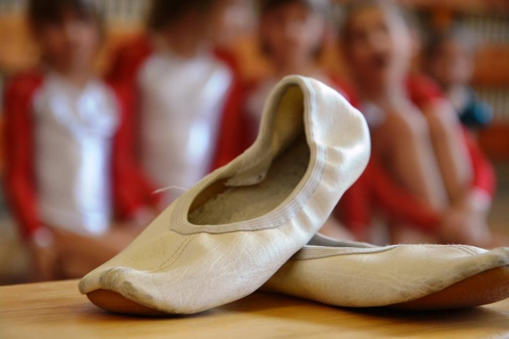 Gymnastika - Gymnastika je základom všetkých športov, rozvíja koordináciu, rýchlosť, silu a ohybnosť. Cvičenie gymnastiek je kombináciou akrobacie, tanca a baletu s maximálnou ohybnosťou v kĺboch dolných aj horných končatín a chrbta. Je to veľmi pôvabný šport vhodný pre dievčatá.Určené pre: 1.stupeňČas: 2 x 45 minNáročnosť: stredná