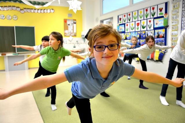 Tanečná príprava - Cieľom tanečnej prípravy je hravým spôsobom podchytiť detskú tanečnú prirodzenosť, fantáziu, hudobné cítenie, zmysel pre rytmus, priestorovú orientáciu a pohybovú pamäť. Tanečná príprava pomáha formovať uvedomenia vlastného tela, jeho správne držanie a zachováva radosť z pohybu.)Určené pre: 1. ročníkČas: 60 minNáročnosť: stredná