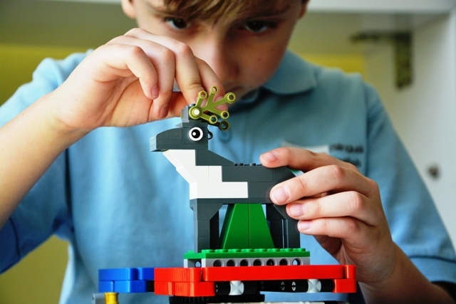 Lego Mindstorms - Krúžok lego Mindstorms oboznamuje so základmi robotiky. Lego Mindstorms je revolučná stavebnica, ktorá umožňuje poskladať funkčného robota. Následne je potrebné vytvoriť program, ktorý bude prispôsobený konštrukcii robota.Určené pre: 1.stupeň / 2. stupeňČas: 60 minNáročnosť: vysoká