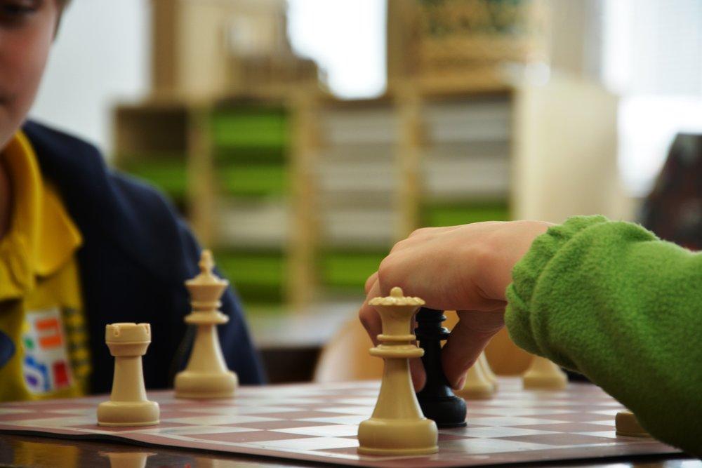 Šach - Šach je strategická hra pre dvoch hráčov, v ktorej o výsledku rozhodujú taktické a strategické schopnosti hráčov a ich pozornosť a sústredenie. Cieľom hry je dať súperovi mat. Má v sebe prvky umenia, vedy a športu. Počas krúžku sa u žiakov rozvíja logické myslenie a cvičí sa pamäť.Určené pre: 1. stupeň/2. stupeňČas: 60 minNáročnosť: stredná