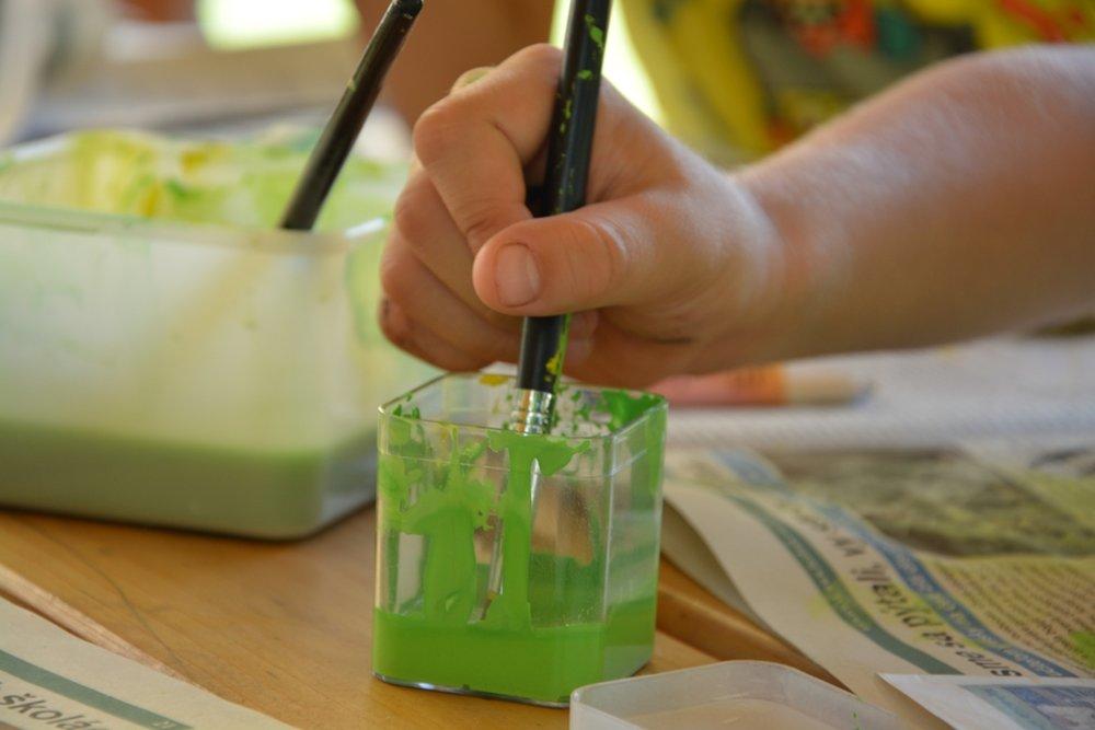 Intuitívna tvorba - Krúžok ponúka tvorivé aktivity zamerané pre mladšie deti. Využíva intuitívne postupy a pracuje sa s prírodnými materiálmi (drevo, drôt, kameň a pod.) Žiaci sa oboznámia s rôznymi výtvarnými a kreatívnymi technikami - drevorezba, drôtovanie, maľba a airbrush.Určené pre: 1. a 2. roč.Čas: 60 minNáročnosť: stredná