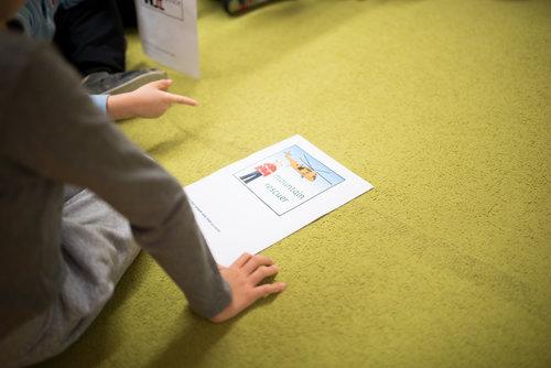 """Komunikácia a angličtina - U žiakov rozvíjame komunikačné schopnosti prostredníctvom bilingválneho vzdelávania. Hodiny u nás sú vedené v dvoch vyučovacích jazykoch – v slovenskom a v anglickom. Žiaci majú už od 1. ročníka zaradených v rozvrhu niekoľko hodín s učiteľom s rodným jazykom anglickým. Žiaci """"speakujú"""" aj na hodinách matematiky, science (prírodovedné vedy), informatiky, výtvarnej či telesnej výchovy."""