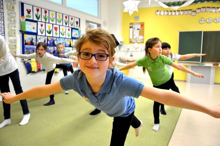 Telesno-pohybová kompetencia - Každý deň majú žiaci 45 minútovú prestávku – pobyt vonku. V areáli školy si môžu zahrať loptové hry, zasúťažiť si, zahrať sa na preliezkach či zaskákať si na trampolíne. Pravidelne organizujeme lyžiarsky a snowboardingový kurz a školu v prírode. Deti tiež majú možnosť navštevovať športové krúžky ako napríklad futbal, florbal, tanec, plávanie, tenis... Žiakov vedieme nielen k dostatku pohybu, ale aj k zdravému stravovaniu.