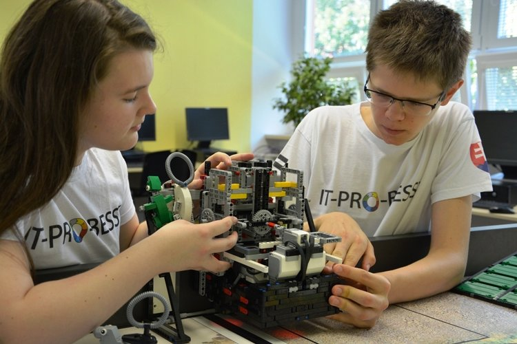 Ziaci-Paulina-a-Jakub-pri-konstruovani-robota.jpg