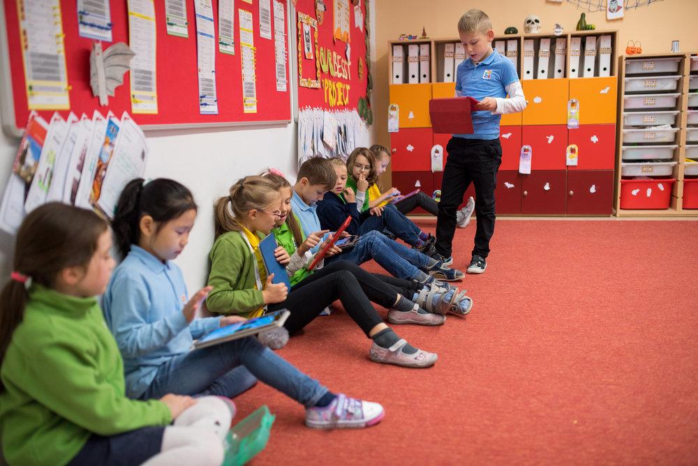 Interpersonálne kompetencie - Každý týždeň začíname rannou elipsou, spoločným rozhovorom žiakov s triednym učiteľom. Žiaci majú možnosť podeliť sa o svoje zážitky, úspechy i problémy. Učia sa zároveň sebavyjadreniu, ako aj počúvaniu iných ľudí. Deti vedieme k tímovosti, vzájomnému rešpektu a pomoci.