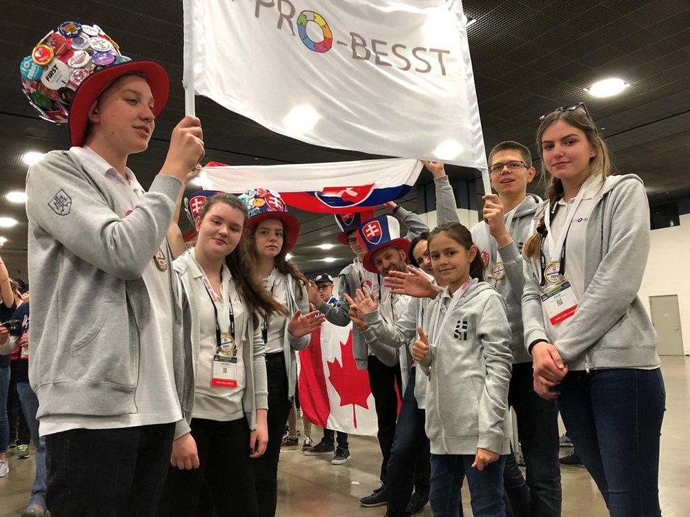IT-PRO-BESST tím skanduje počas súťaže.jpg