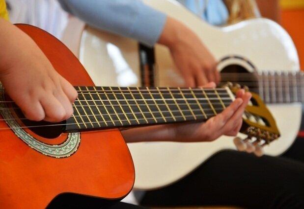 Yamaha - hudobné nástroje - Krúžok prebieha prostredníctvom skupinovej výučby. Pri hudbe sa využívajú profesionálne spracované hudobné sprievody, ktoré zvyšujú motiváciu k učeniu. Žiaci sa môžu naučiť hru na tieto hudobné nástroje: zobcová flauta, akustická gitara, bicie nástroje a keyboard.Určené pre: 1. / 2. stupeňČas: 30 minNáročnosť: vysoká