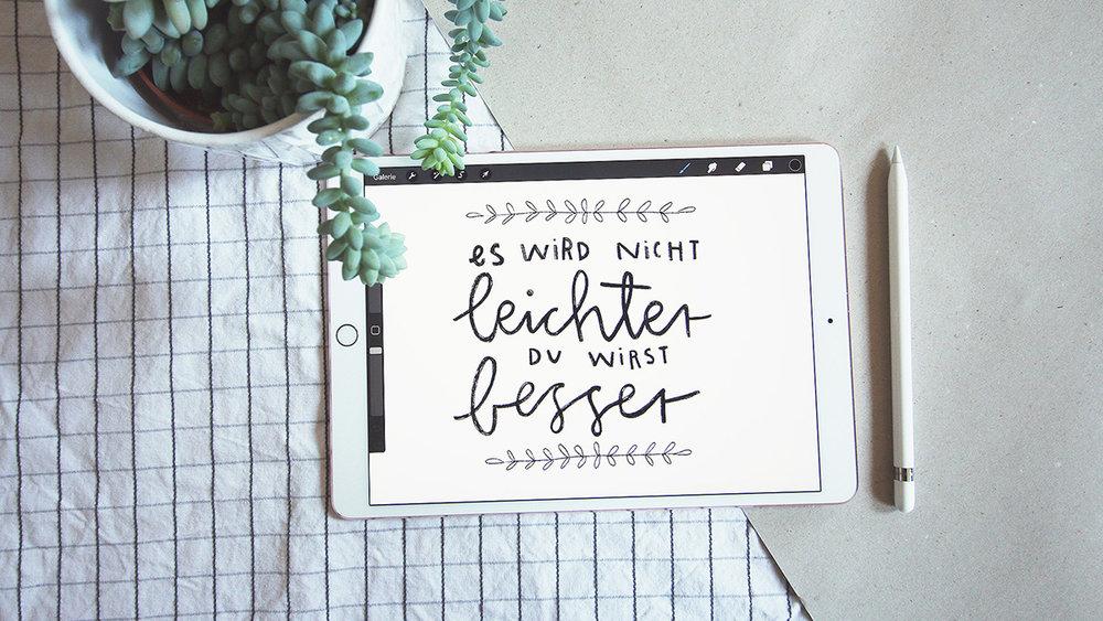 201805-layerslider-handlettering-zitat-es-wird-nicht-leichter-besser-flatlay-julia-christians-illustration.jpg