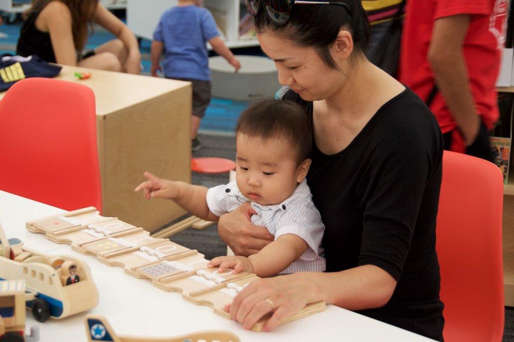 Un tout jeune enfant joue avec les cartes binaires. (Courtesy of Kimberly Smith)