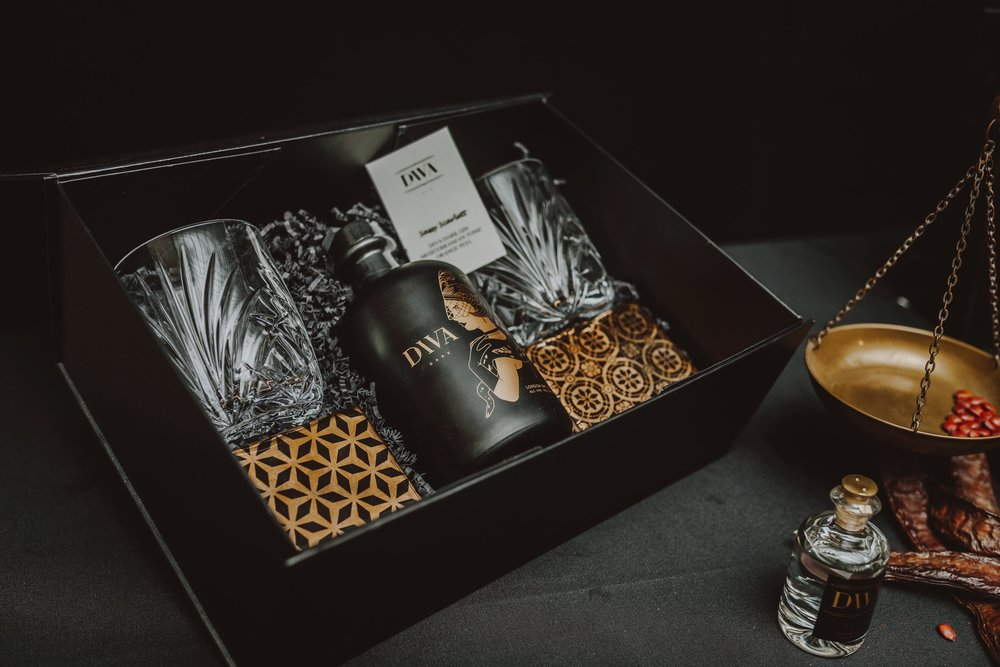 Giftbox - Looking for the perfect gift? Our DIVA Gin can be beautifully packaged in an elegant box, together with two beautiful crystal glasses and decorative art deco coasters. Also find our delicious recipes Sassy Scarlett and Jealous Jacky.For 6 pieces:€ 447,5 i.s.o € 537