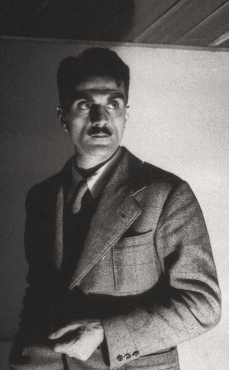 Carlo Mollino - Carlo Mollino era un excéntrico arquitecto y diseñador, apasionado por la aviación y la náutica, sus diseños han sido reconocidos por su influencia en estas dos pasiones. Nació en Torino, Italia, ciudad que tiene un gran común con la personalidad de Carlo, el misterio, en su secreto decoró una casa con enigmas egipcios en la cual se esconden otras placeres ocultos como la fotografía, y el surrealismo.