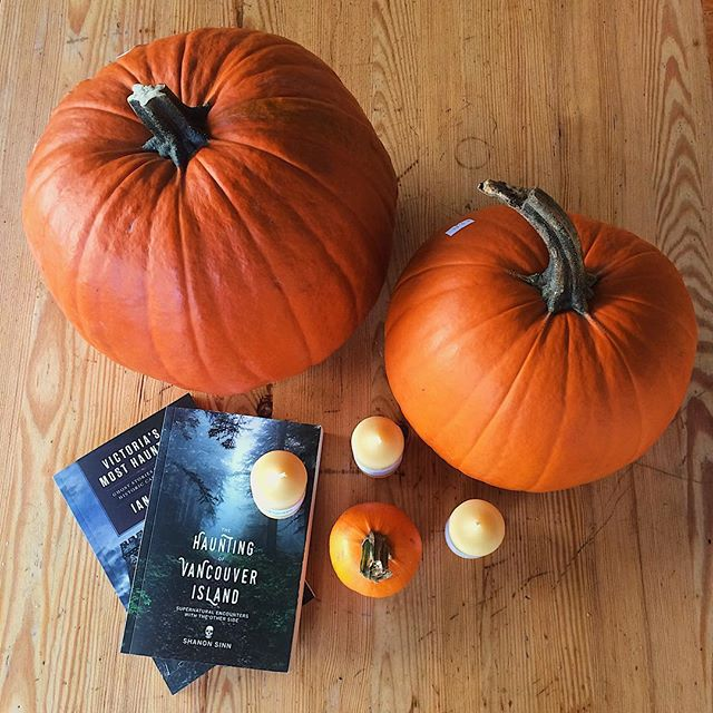 It's spooky time at Niagara! Come by and get your Halloween supplies, we have organic BC carving pumpkins looking for their Halloween homes 🦇🍂🧡 #yyj #halloween