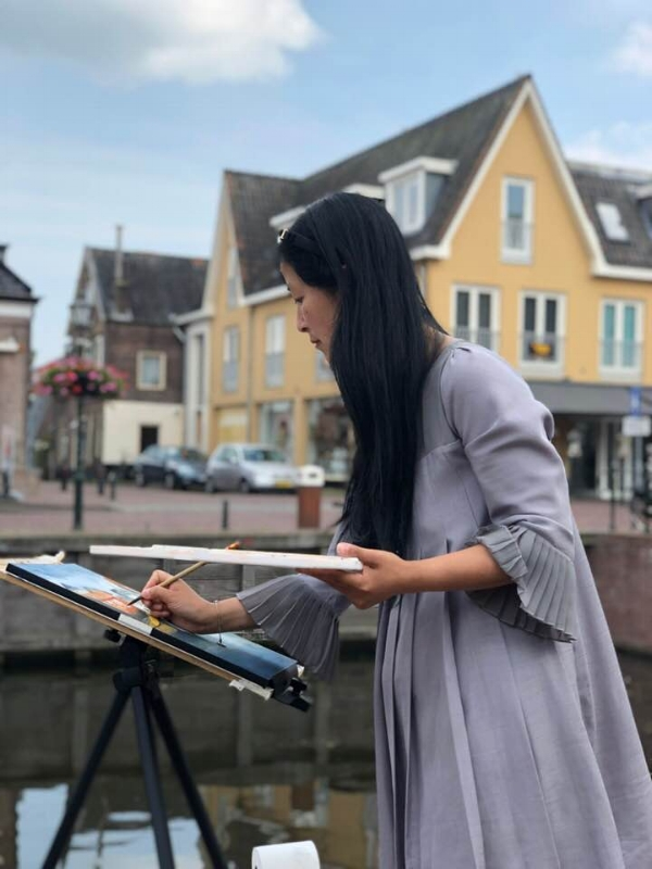 I really enjoy experimenting with watercolors. Here I am in a fishing village called Spakenburg in the summer of 2018 trying out my watercolors.