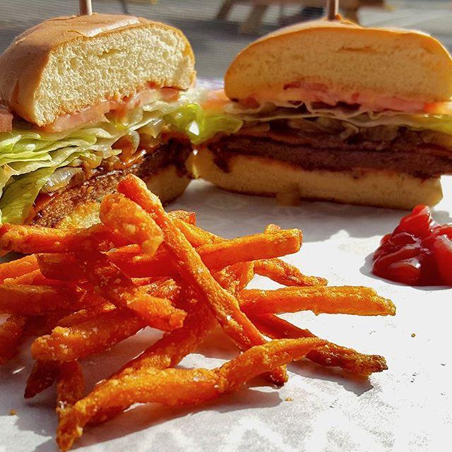 Fries + burger = Heaven 🌱🍔 . . . . . @smorgasburgla #veganlife #veganeats #veganfoodporn #foodporn #vegetarian #veganfood  #crueltyfree #veganfoodshare #plantbased #vegansofig #whatveganseat #healthychoices #foodie #losangeles #dairyfree #yum #vegansofinstagram #tasty