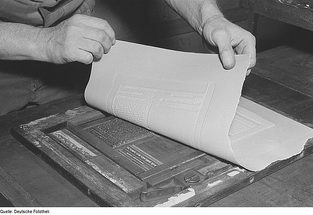 A stereotype plate being made. By Deutsche Fotothek‎, CC BY-SA 3.0 de.  Wikicommons.