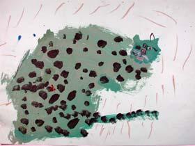 例圖一 溫文碩 8歲  造型調皮逗趣的豹,從畫面的右邊衝了出來,可惜主題偏在右半面,左半面加了地基線、枯樹、雪花、夜色,不只平衡了面,也造就了情境的美感,畫面上從原先的「缺陷」,變得豐富