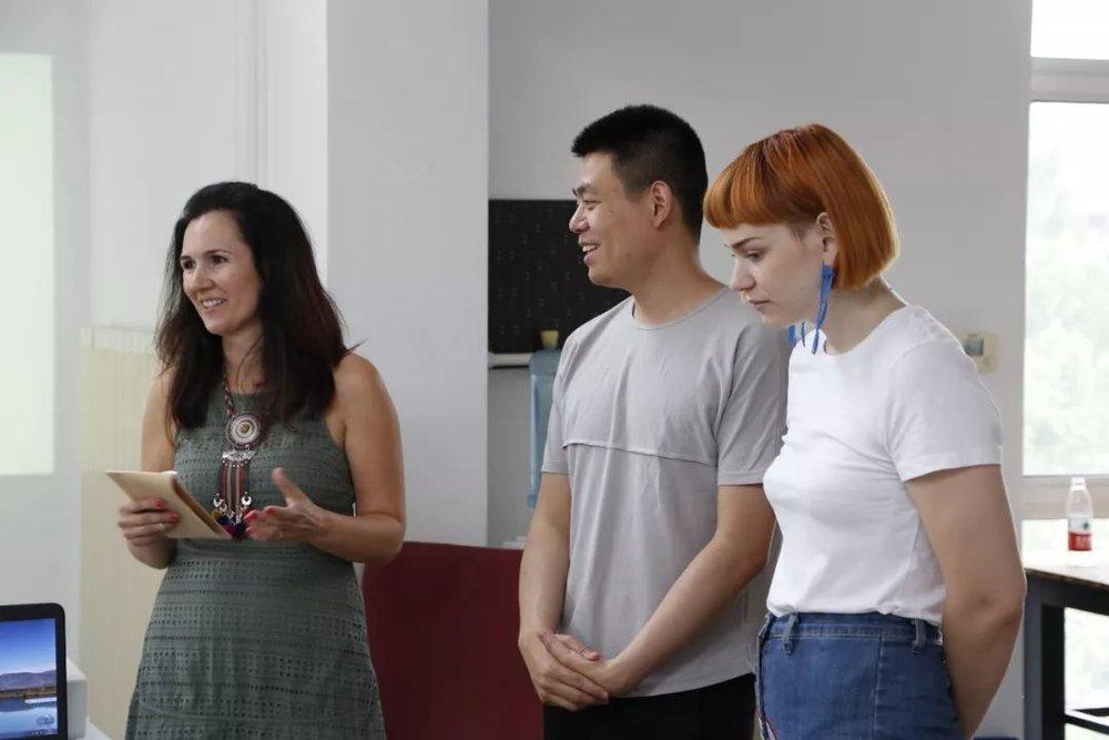 驻留艺术家Elena(左)、Rebecca(右)、中间美术馆助理策展人杨天歌(中)在活动现场