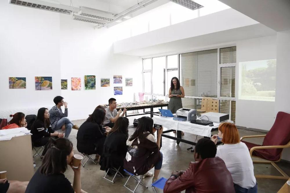 Elena向观众分享她的创作历程