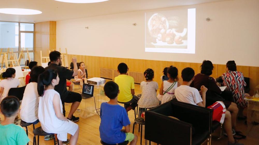 """开画之前,指导老师先给孩子们讲如何观察和""""吃瓜"""""""