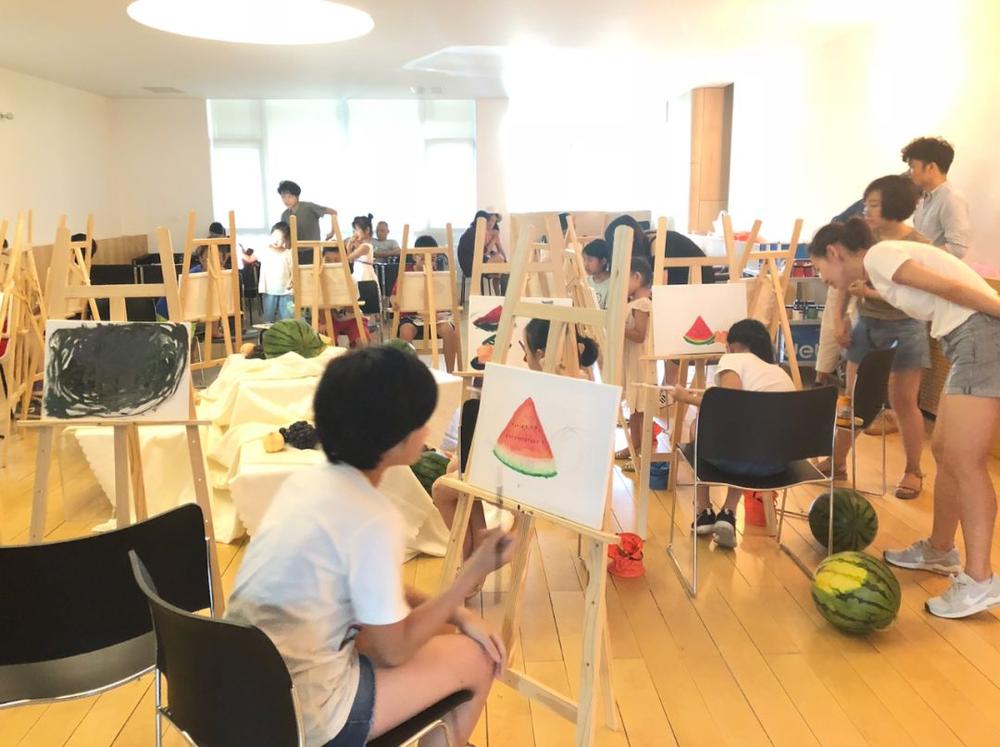 瓜田里画画的孩子们