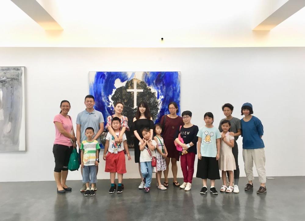 微杂院的孩子与家长和中间美术馆的工作人员合影