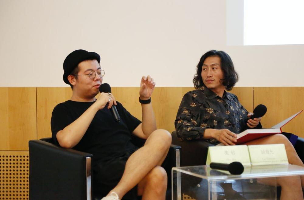 设计师朱砂和顾瀚允在现场讨论