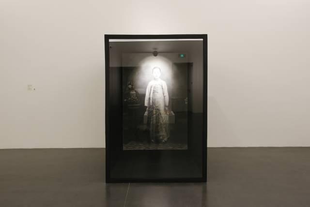 曹德铉,女人的历史,1990年代(2017年作品原型重新制作),纸上石墨与炭笔、LED灯、调光器、彩绘木结构玻璃,204 X 141 X 204厘米