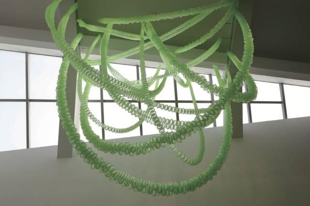 崔正化,cosmos,2017年,5000个塑料蝈蝈笼子,尺寸可变