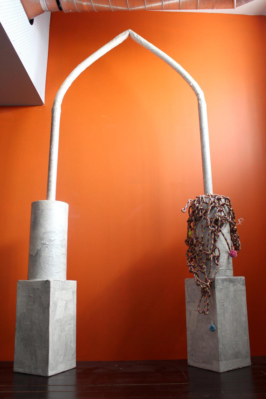 """""""拱门"""",2018年, 纸型、活性炭、丙烯、硼砂晶体、烟斗通条、伞绳、绳子、 线丝"""