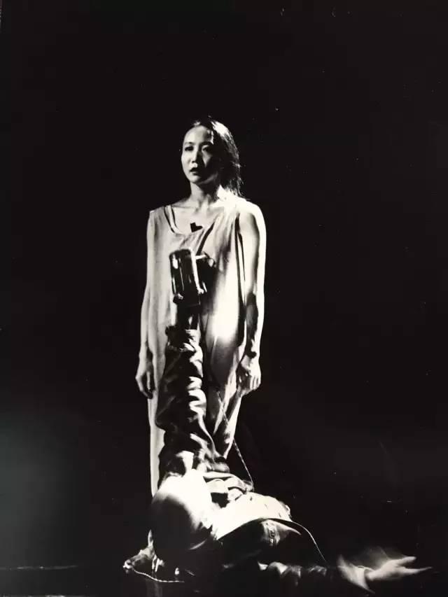 98'第二届广东现代艺术小剧场展演,参演作品《场景:裙子和录像》,文慧、吴文光生活舞蹈工作室