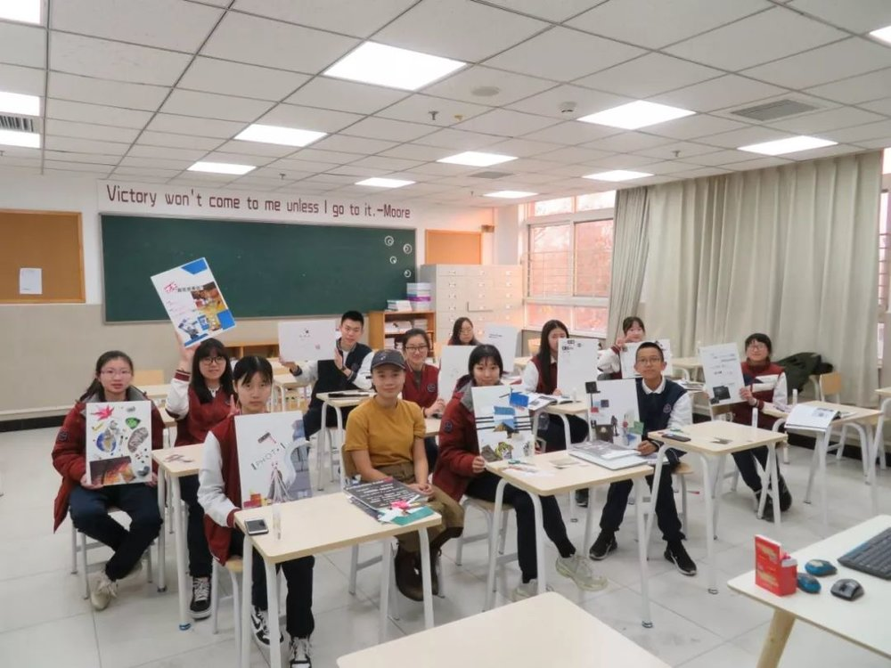 """11月19日,""""想象·主流价值""""展参展艺术家叶轩在北京市海淀外国语实验学校主持""""从乌力波到生成式艺术""""工作坊"""