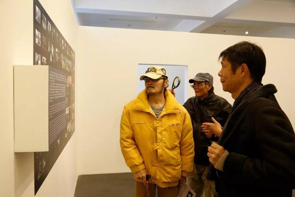 """(左起)艺术家杨雨澍先生、赵文量先生、""""想象·主流价值""""展参展艺术家卢望平先生看展"""