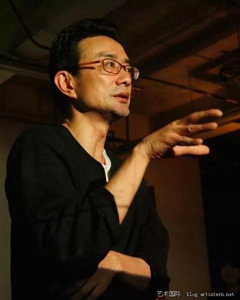 赵川   作家、剧场编导、艺术评论及活动策划人,是2005年开始的民间戏剧团体草台班共同创建者和主持者,创作边缘但社会性极强的当代剧场作品。