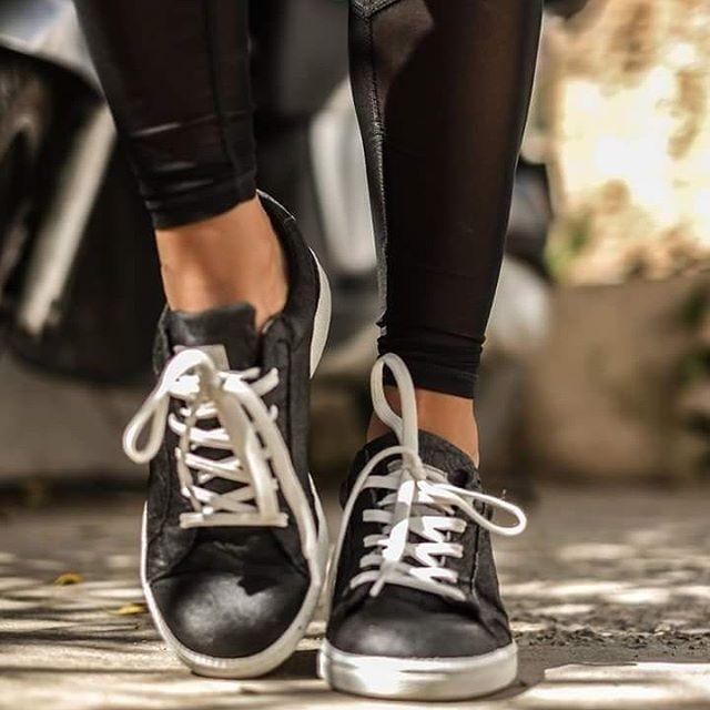 Nae - Calzado vegano. Algunos de los zapatos se fabrican con fibra de piña, corcho y materiales reciclados. Producción en Portugal.Sede: PortugalPrecio: €Envíos: Gratuitos a todo el mundo.Nota: No todos los modelos están hechos con las fibras que nos gustan.Página web: www.nae-vegan.com