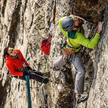 Patagonia - Marca de ropa deportiva pionera en sostenibilidad y condiciones de trabajo responsables.Sede: Estados UnidosPrecio: €€Envíos: Más gastos de envío para todo el mundo. Gratuito para pedidos en torno a los 100 €.Página web: http://eu.patagonia.com
