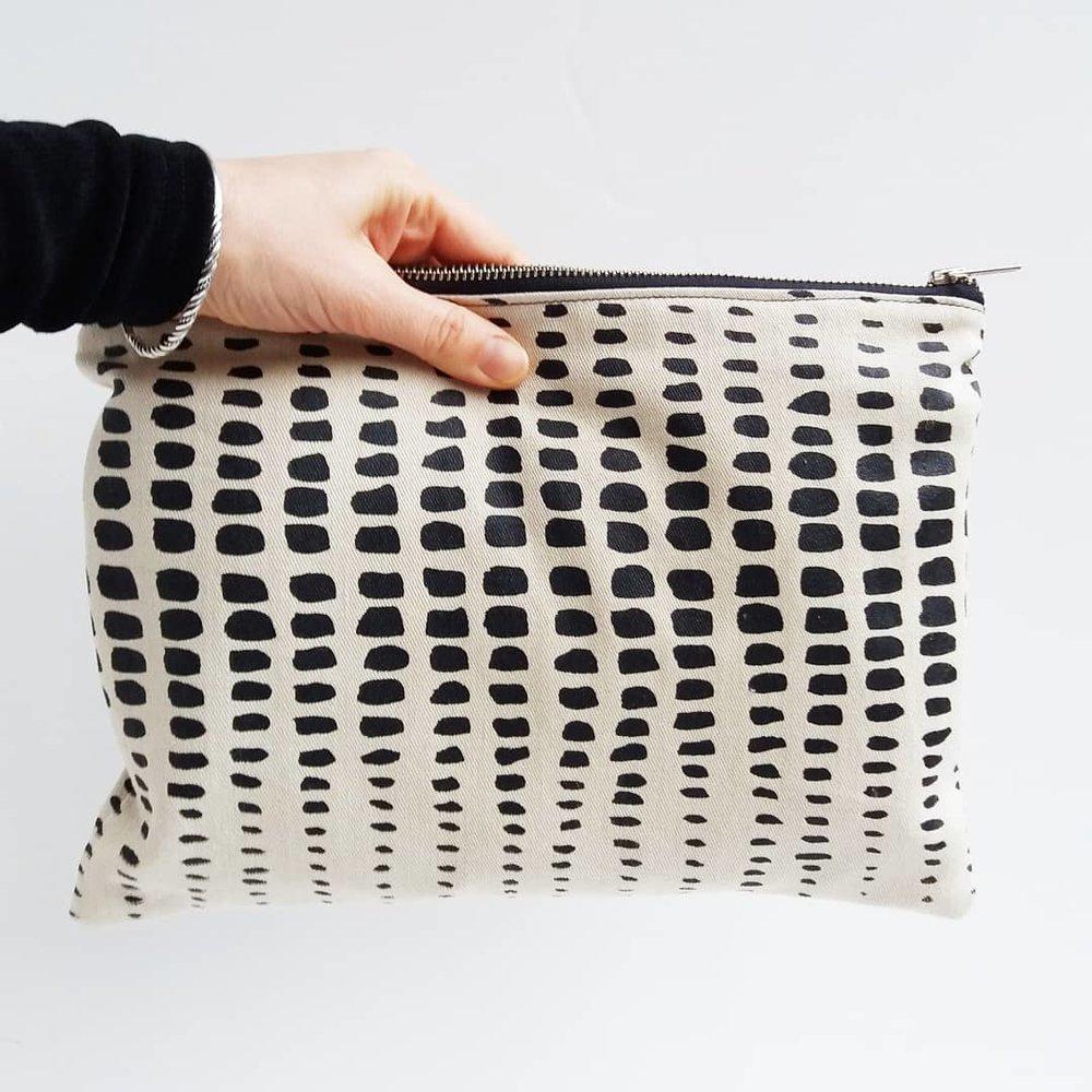 Grey Whale - Fabricación ética en Bélgica con algodón orgánico y fibra de hoja de piña (Piñatex).Sede: BélgicaPrecio: €€-€€€Envíos: Más gastos de envío para todo el mundo.Página web: https://grey-whale.com/