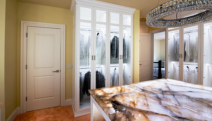 64847_cabinets-with-clothes_700x400.jpg