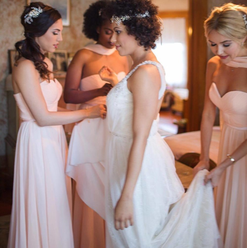 When the moment is near… ————————–#nunezweddings #bridesmaids #friendship #ladiestime #weddingphotographerhere #weddingtime #happy #weddingday #party #celebration #together #smiles #weddingparty #instawedding #marriage #bestfriends (at The Bembridge House)