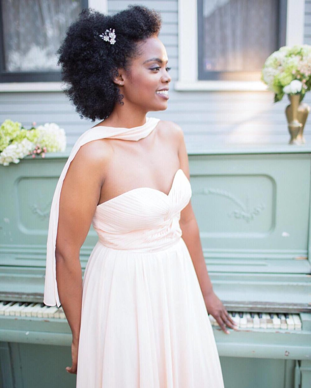 Need a little something extra for your bridesmaids? A delicate hair accent can give you that sparkle you want without over doing it.          ___________________________  #Accessories @theblushingbird #bridesmaiddress @uniquevintage #bridesmaidattire #weddingplanner #florals @cmweddingsandevents #bridesmaid @iamnovibrown #piano @toastpartyrentals #muah @alondraexcene_mua @maryluartistry #instaweddings #romance #weddingparty #happiness #followme #beautiful #happy #pretty #weddinginsperation #beauty #uniquevintage #weddingphotographer #pdx #la #vancouverwashington #exquisitemagazine #blogfeature  (at The Bembridge House)