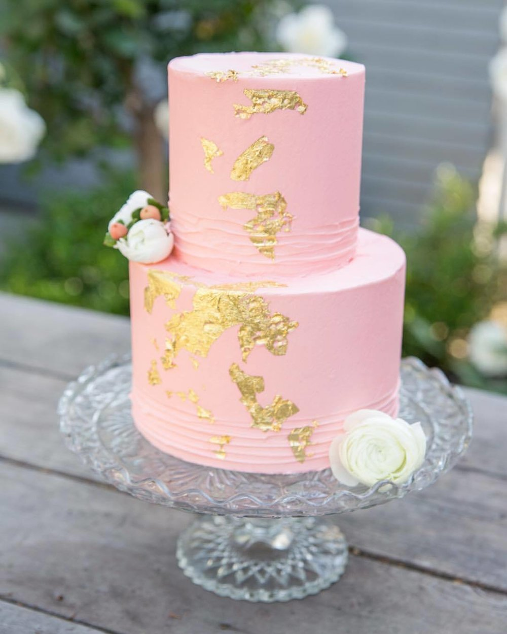 Yum yum gimme some! @nicolebakescakes makes #weddingcakes with style. #nunezweddings #weddinginspirations #goldaccent #weddingdaybliss #bakery #treatsplease  (at The Bembridge House)