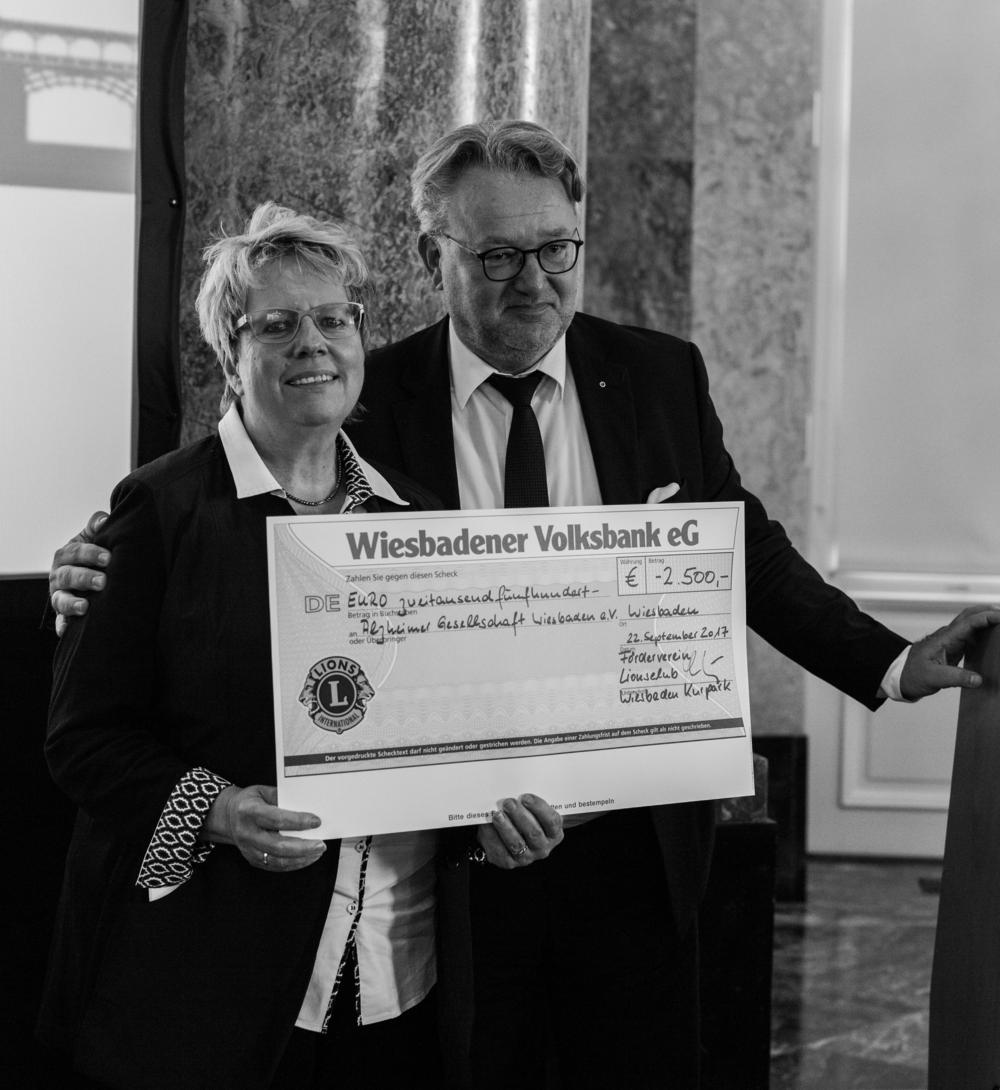 Von Links: Daniela Nels (1. Vorsitzende der Alzheimer-Gesellschaft Wiesbaden e.V.) und Hans-Christian Kluttig, Präsident des Lions Club Wiesbaden Kurpark