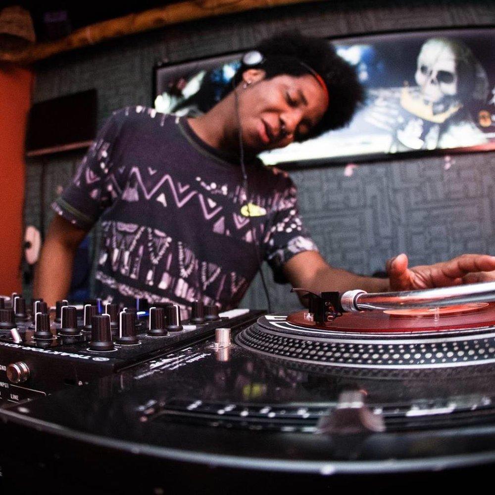 GABRIEL NIGABS [Groove Beats]   DJ e pesquisador musical, nascido e situado na cidade de Campinas - SP. Na estrada desde 2009 sempre com um forte trabalho de pesquisa, e versatilidade em seus sets que tem como base a música negra mas sem vertente específica ou única.