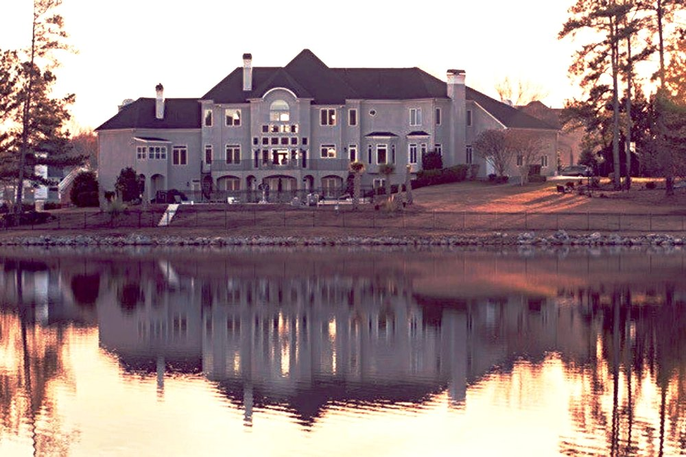 Rear view of the estate and lake