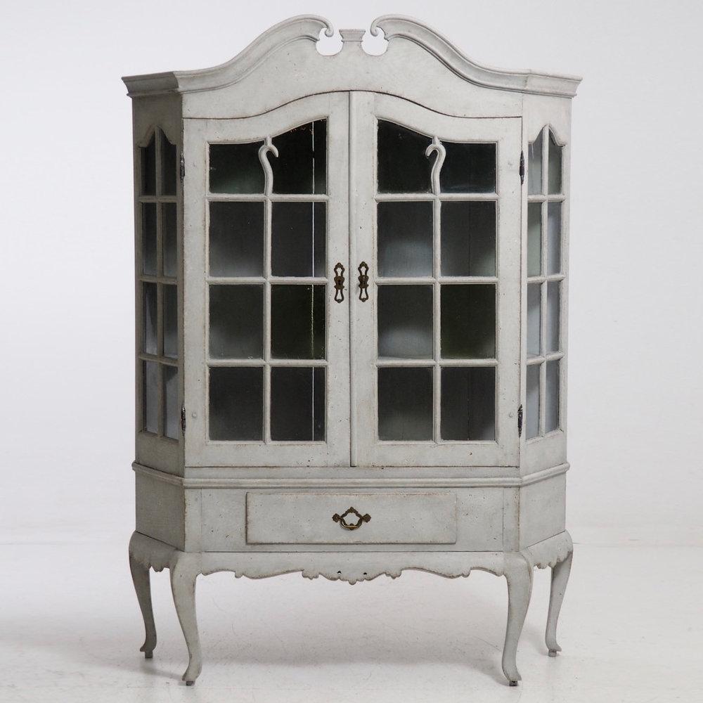 Rococo style vitrine cabinet, 1830. - € 2.000