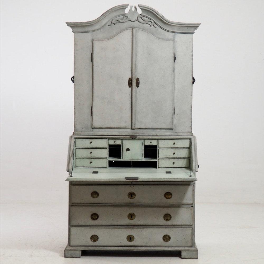 Fine two-part bureau, circa 1780. - € 3.000