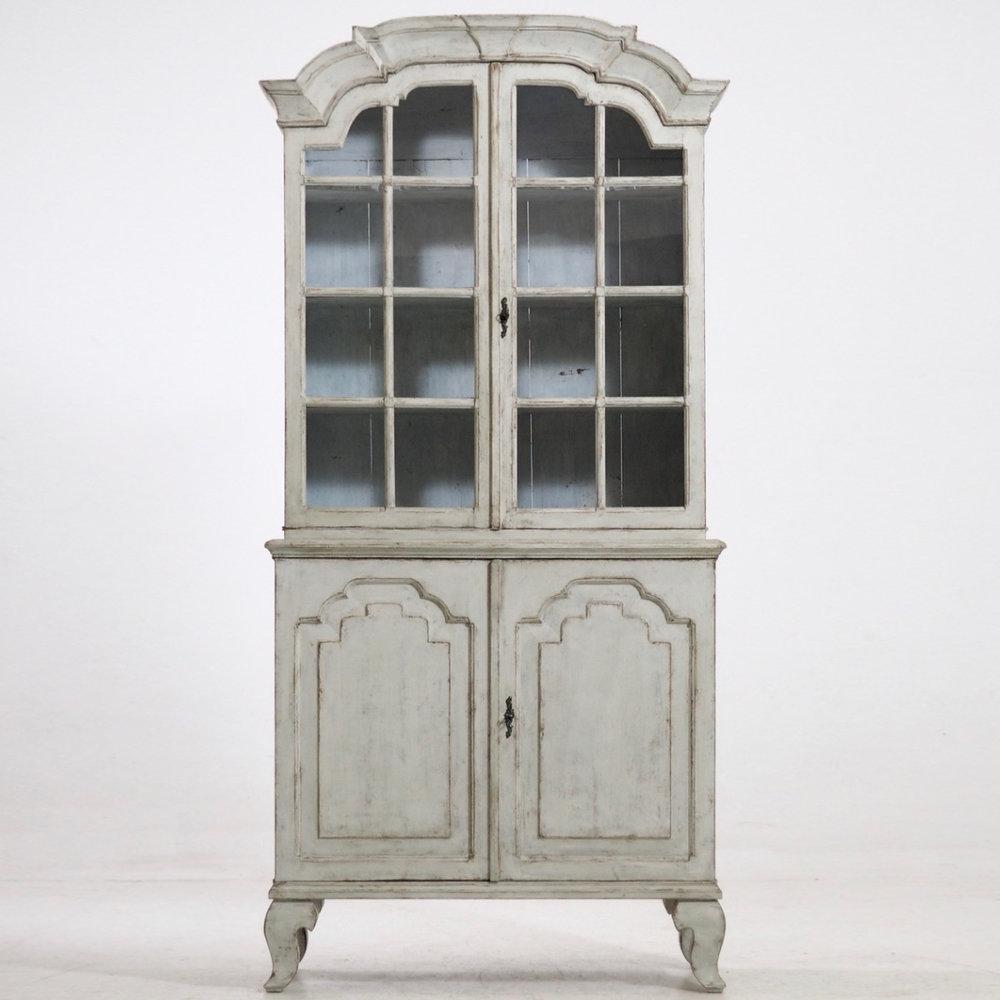 Two-parts vitrine cabinet, circa 1760-80. - € 4.000