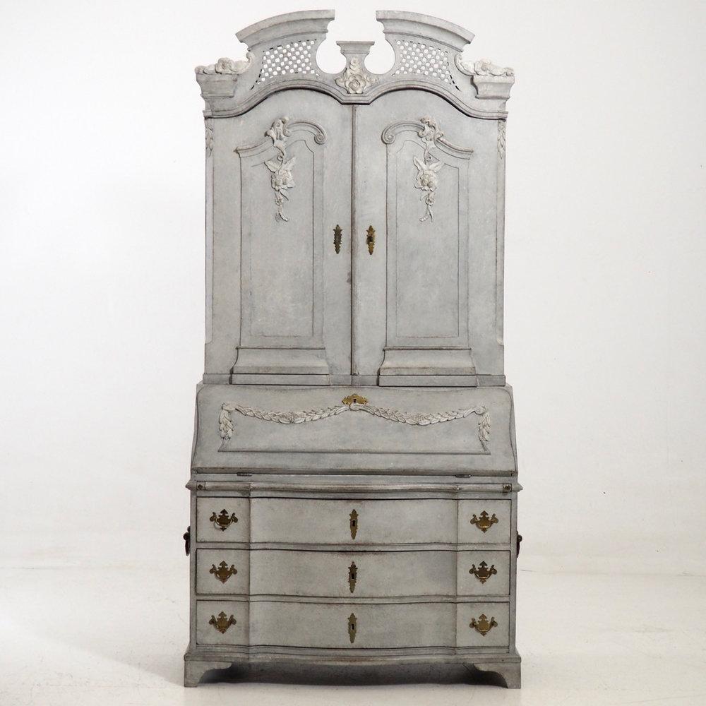 Exceptionel two-part bureau, circa 1770. - € 5.300